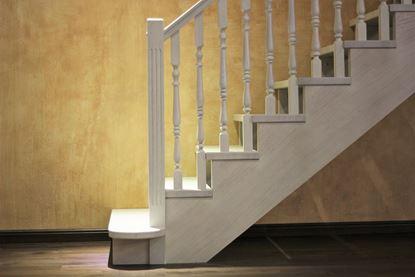 Изображение Классическая лестница из массива дуба